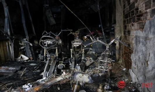 6 xe máy chất kín lối thoát hiểm bị cháy rụi (Ảnh: infonet)