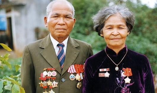 Ông KSor Ní và vợ ( ảnh chụp năm 2005).