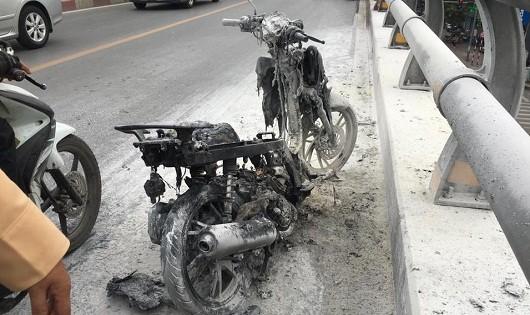 Chiếc xe máy bị cháy trơ khung.