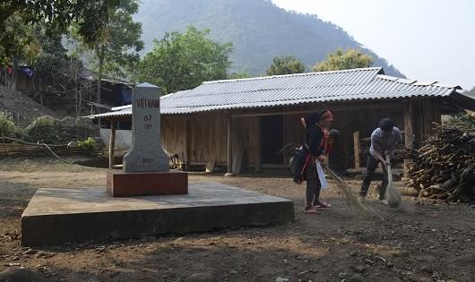 Vợ chồng chị Lý Thị Sinh bản Hùng Pèng, xã Ma Ly Pho, huyện Phong Thổ vệ sinh quanh cột mốc 67.