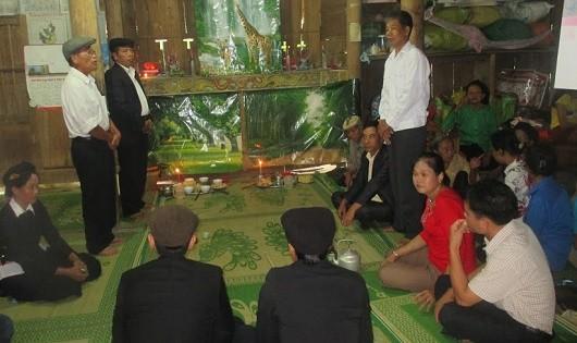Tục cưới bằng gà trống thiến và dùng trai tân gánh lễ ở Xuân Giang
