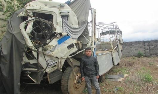 """Anh Hùng và chiếc xe tải """"xếp xó"""" sau vụ tai nạn."""