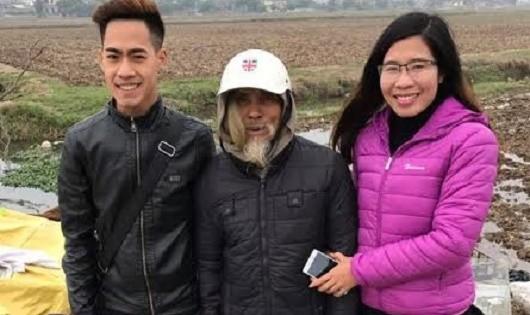 Chị Trang (bìa phải) trong một chuyến từ thiện.