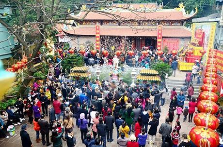 Nhiều nhân viên công sở tranh thủ chụp lại những hình ảnh đi lễ chùa đầu năm.