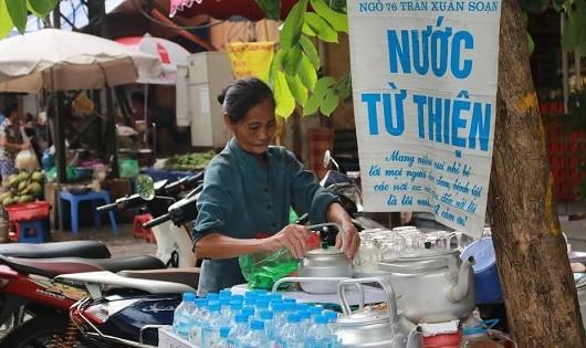 Người mẹ già 70 tuổi chăm con bệnh trầm cảm, vui vẻ với quán trà đá từ thiện giữa lòng Hà Nội.