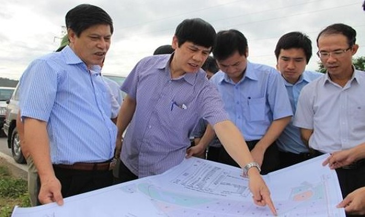 Chủ tịch UBND tỉnh Thanh Hóa Nguyễn Đình Xứng cùng Đoàn công tác tại Khu kinh tế Nghi Sơn.