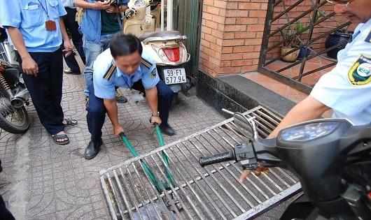 Dẹp các vật cản để trả lại vỉa hè thông thoáng cho người đi bộ.  Ảnh: Tháo dỡ các thang dắt xe trên vỉa hè ở quận 3. TP HCM).
