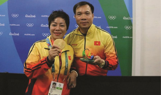 Hai thầy trò Nguyễn Thị Nhung – Hoàng Xuân Vinh và tấm Huy chương Vàng Thế vận hội ghi nhận tinh thần thép và nỗ lực hết mình.