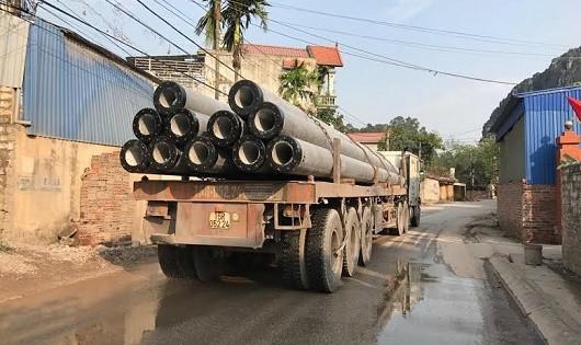 Những chiếc xe đầu kéo chở trên mình hàng chục cọc bê tông nặng hàng chục tấn ì ạch qua các con đường dân sinh thuộc địa phận thị trấn Minh Đức khiến các con đường xuống cấp nghiêm trọng