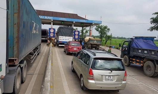 Các phương tiện tập trung hai dọc đường, kéo dài hàng km (Ảnh báo infornet)