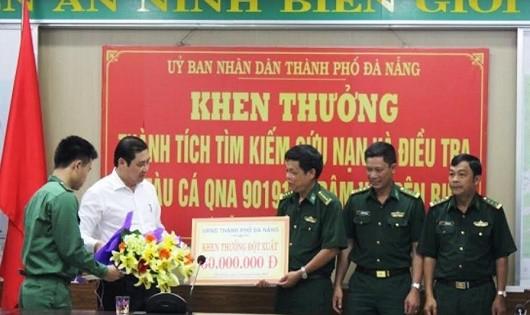 Chủ tịch Huỳnh Đức Thơ thưởng nóng cho lực lượng cứu nạn, điều tra vụ tàu QNa90191.