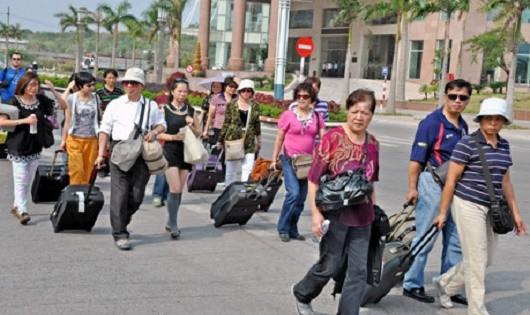 Khách du lịch Trung Quốc xuất hiện nhiều trên đường phố.