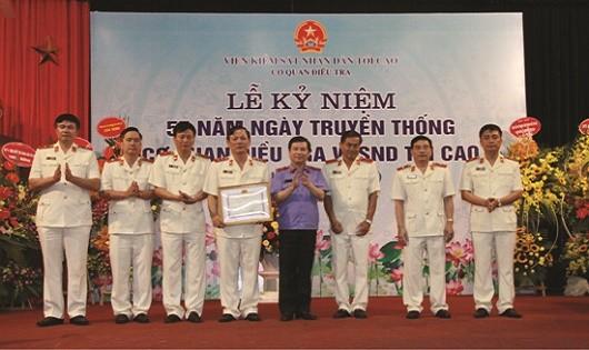 Viện trưởng VKSNDTC Lê Minh Trí trao Bằng khen cho tập thể, cá nhân có thành tích xuất sắc trong công tác.