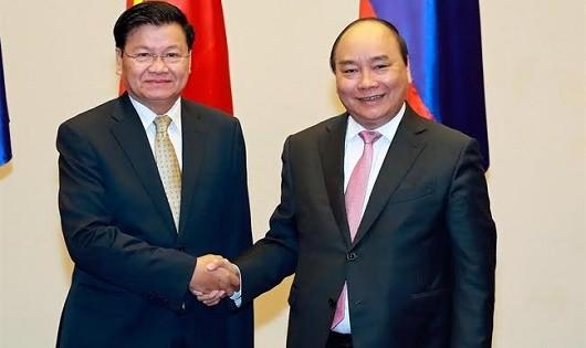 Thủ tướng Nguyễn Xuân Phúc (phải) và Thủ tướng Lào Thongloun Sisoulith đồng chủ trì Kỳ họp lần thứ 39 Ủy ban liên Chính phủ Việt-Lào tại Hà Nội tháng 2/2017. Ảnh: TTXVN