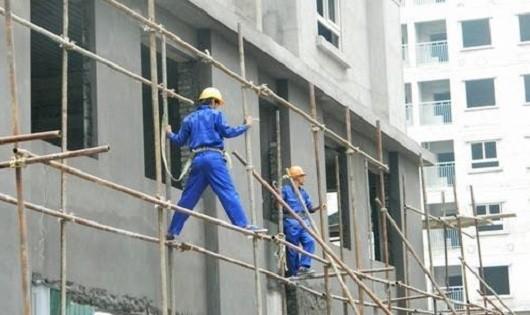 Lĩnh vực xây dựng vẫn là lĩnh vực đứng đầu xảy ra nhiều vụ TNLĐ và ngã từ trên cao xuống là yếu tố chấn thương chủ yếu làm chết người nhiều nhất. Ảnh minh họa.