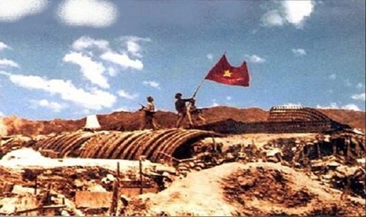 Lá cờ Tổ quốc tung bay trên nóc hầm tướng Đờ-cát vào buổi chiều 7/5/1954 đánh dấm chiến dịch Điện Biên Phủ thắng lợi.