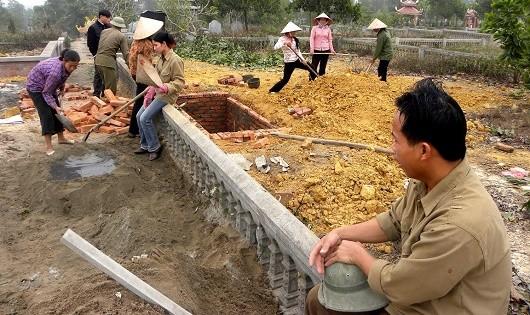 Đội phu mộ Yên Bồ bên những nấm huyệt đang xây dở dang.
