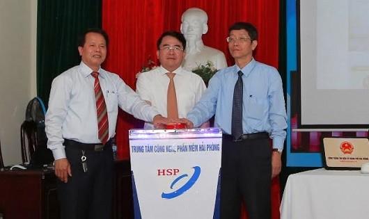 Phó Chủ tịch Lê Khắc Nam nhấn nút khai trương Cổng dịch vụ công trực tuyến.