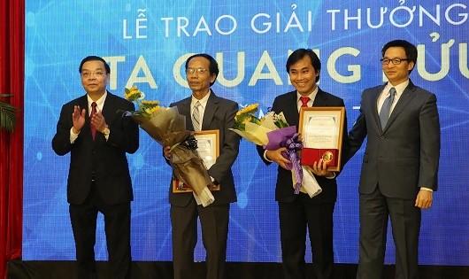 Trao giải cho PGS. TS Nguyễn Sum (ĐH Quy Nhơn, Bình Định) và GS. TS Phan Thanh Sơn Nam (ĐH Bách Khoa, ĐH Quốc gia TPHCM).