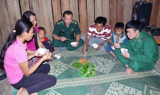 Thượng tá Lò Văn Hiêng thực hiện 3 cùng với dân tại bản Mu Chi, xã Pa Ủ, huyện Mường Tè.