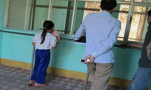 Bé có được quyền thăm gặp cha trong tù?