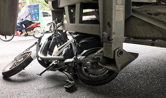 Cô gái tử vong dưới gầm xe bồn trên đường Hà Nội
