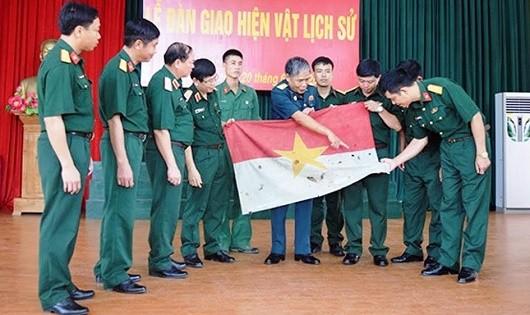 """Kỷ vật """"Lá cờ giải phóng""""  của Trung đoàn 98 anh hùng"""