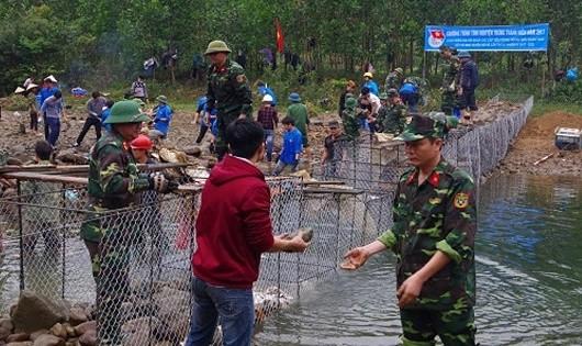 Bộ đội Lâm trường 103  mang nước về bản Dao Tình Á