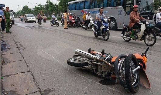 Ô tô lạng lách va xe máy 'tốc độ tử thần', 2 thanh niên nguy kịch