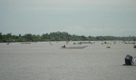 Đáy neo được đặt tràn lan trên sông, tàu ghe dễ bị mắc lưới rất dễ gây tai nạn.
