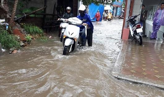 Người dân gặp nhiều khó khăn trong việc đi lại vì gặp phải cơn mưa lớn.