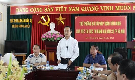 Thứ trưởng Trần Tiến Dũng phát biểu tại buổi làm việc.