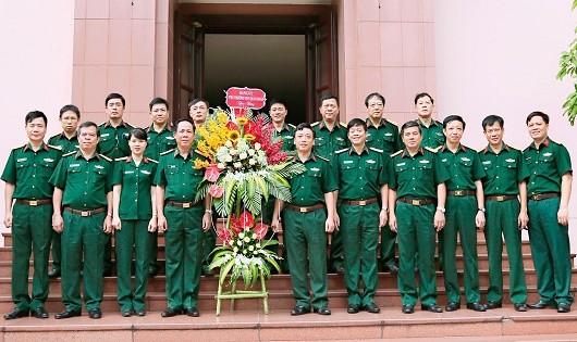 Lãnh đạo Cục Quân huấn, Bộ Tổng Tham mưu tặng hoa Tạp chí nhân Ngày 21/6.