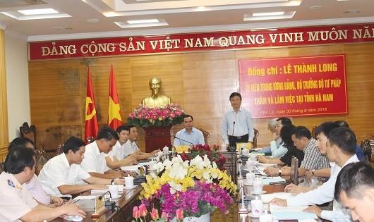 Bộ trưởng Bộ Tư pháp Lê Thành Long trong chuyến thăm và làm việc với tỉnh Hà Nam tháng 9/2016.
