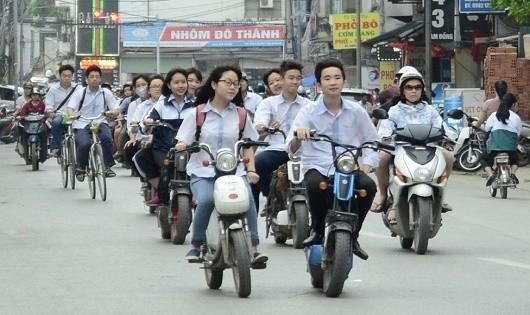 50% trẻ em tự điều khiển xe máy đến trường, trong đó 20% tự lái xe khi chưa đủ tuổi và rất ít đội mũ bảo hiểm khi tham gia giao thông.