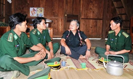 Đồn BP Đắc Pring dựa vào đội ngũ già làng, trưởng bản để vận động nhân dân chấp hành pháp luật.