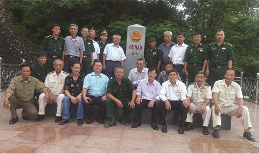 Những cựu binh biên phòng thăm lại chiến trường xưa.