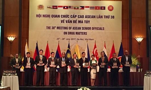 Đại diện các nước tham dự Hội nghị tại họp báo.
