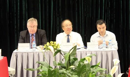 Thứ trưởng Bộ Tư pháp Phan Chí Hiếu, TS. Michael Trueblood, Giám đốc Phòng Phát triển kinh tế và Quản trị Nhà nước, USAID đồng chủ trì Chương trình.