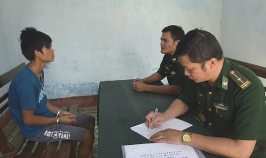 Trinh sát Đồn BP cửa khẩu cảng Thuận An lấy lời khai đối tượng Nguyễn Văn Long.