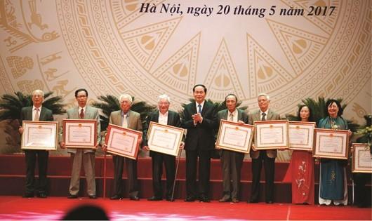 Chủ tịch nước Trần Đại Quang trao tặng Giải thưởng Hồ Chí Minh, Giải thưởng Nhà nước về VHNT cho các tác giả, thân nhân tác giả được trao tặng đợt 5.