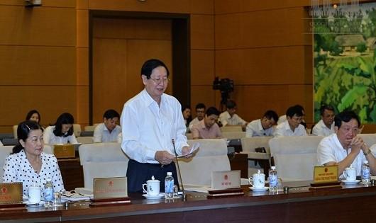 Bộ trưởng Bộ Nội vụ Lê Vĩnh Tân trình bày báo cáo.