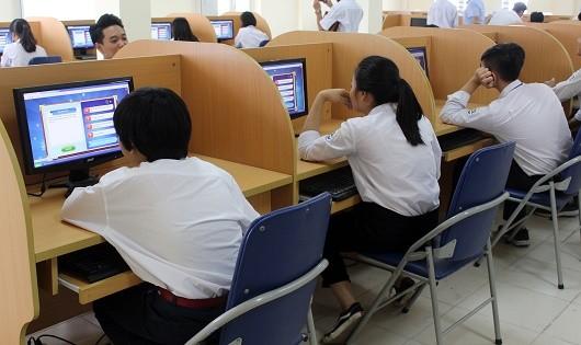 Học sinh Trường THPT chuyên Nguyễn Huệ (Hà Nội) tham gia thi tìm hiểu pháp luật trực tuyến tại phòng máy của nhà trường.