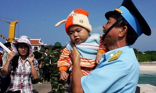 Trung tá Hoàng Văn Thắng chia tay nhân dân trên Đảo Trường Sa Lớn sau khi anh hoàn thành nhiệm vụ để trở về đất liền.