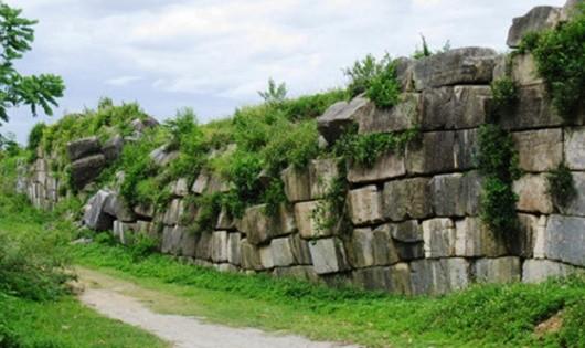 Nhiều vị trí ở khu vực tường thành phía Đông Bắc cũng sụt lún, sạt lở do nền địa chất yếu.