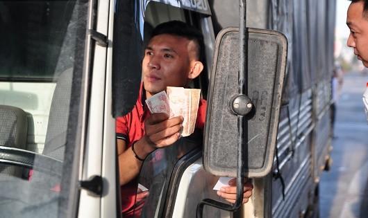 Tài xế lại dùng tiền lẻ trả phí qua trạm BOT ở Đồng Nai