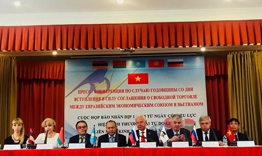 Đại sứ các nước và các đơn vị liên quan tại họp báo
