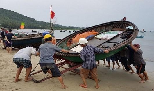 Nhiều ngư dân mưu sinh bằng phương tiện thuyền thúng thô sơ lắp máy công suất nhỏ