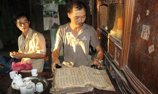 Ông Bàn Hữu Sen hiện là một trong số ít người còn lưu giữ sách cổ người Dao