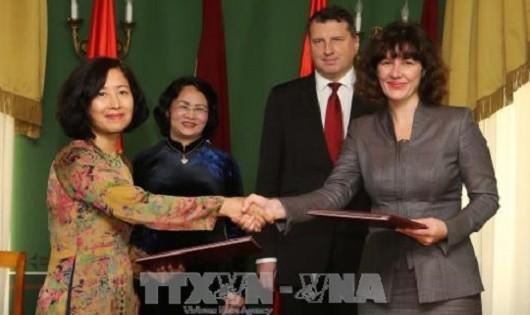Phó Chủ tịch nước Đặng Thị Ngọc Thịnh và Tổng thống Cộng hòa Latvia Raimonds Vejonis chứng kiến Lễ ký Hiệp định tránh đánh thuế 2 lần giữa Chính phủ nước CHXHCN Việt Nam và Chính phủ Cộng hòa Latvia. Ảnh: Doãn Tấn/TTXVN.